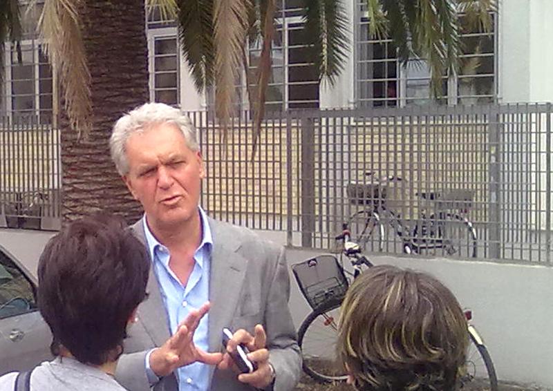 Piero Celani dibatte con dei cittadini (foto d'archivio)