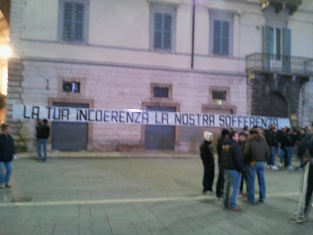 Uno striscione dei tifosi molto eloquente contro Benigni (archivio)