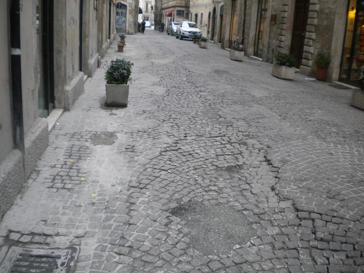 Centro Storico, via Cairoli. Il consiglio comunale di Ascoli ha appena deliberato l'accensione di un mutuo per undici milioni di euro, per finanziare interventi di salvaguardia e riqualificazione