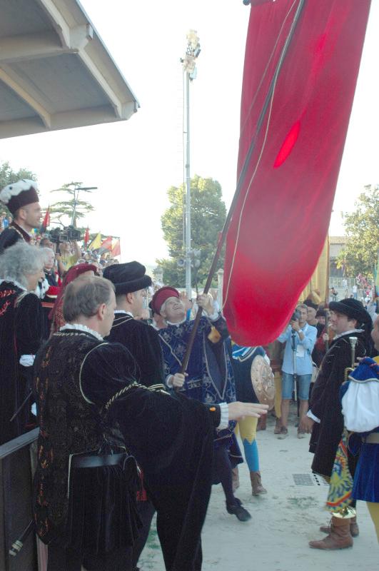 consegna-del-palio-da-parte-del-sindaco-di-Ascoli-Piceno