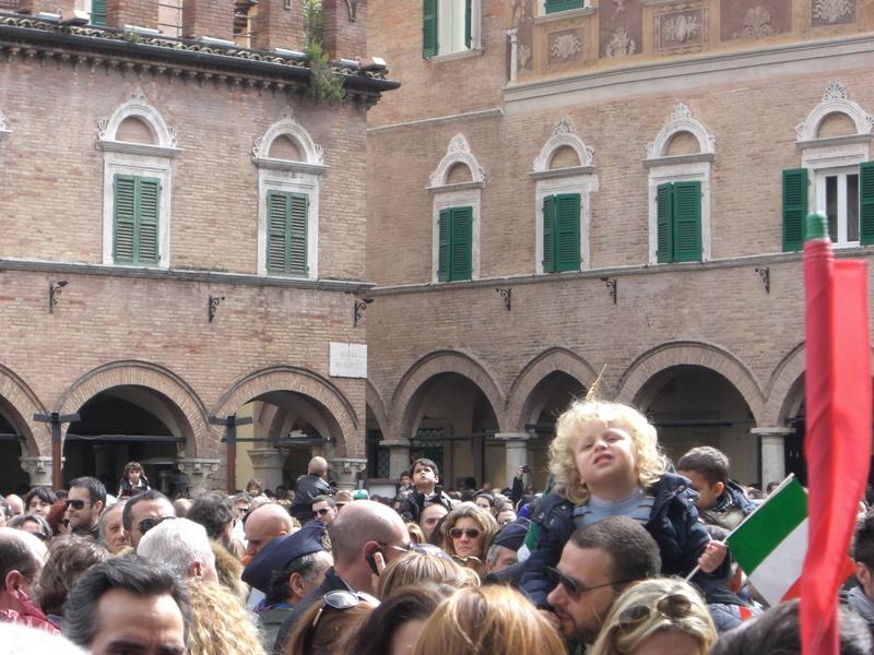 Cittadini in Piazza del Popolo