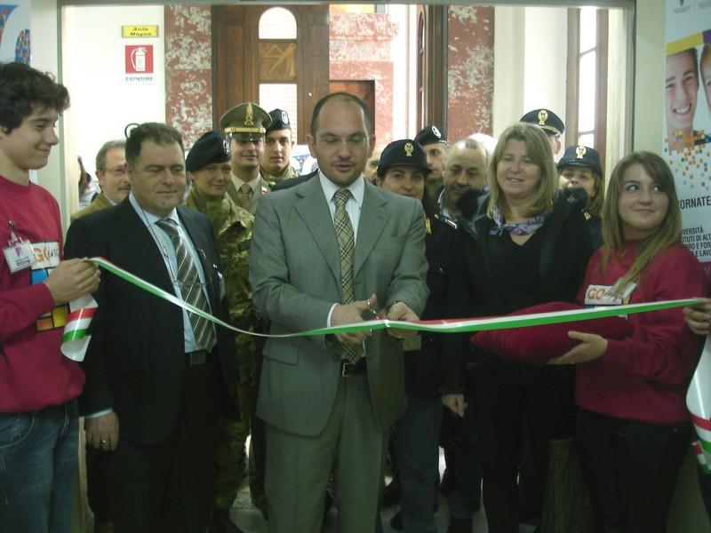 Taglio del nastro per GOing: nella foto, il dirigente scolastico Verna, il sindaco Castelli, l'assessore Cameli