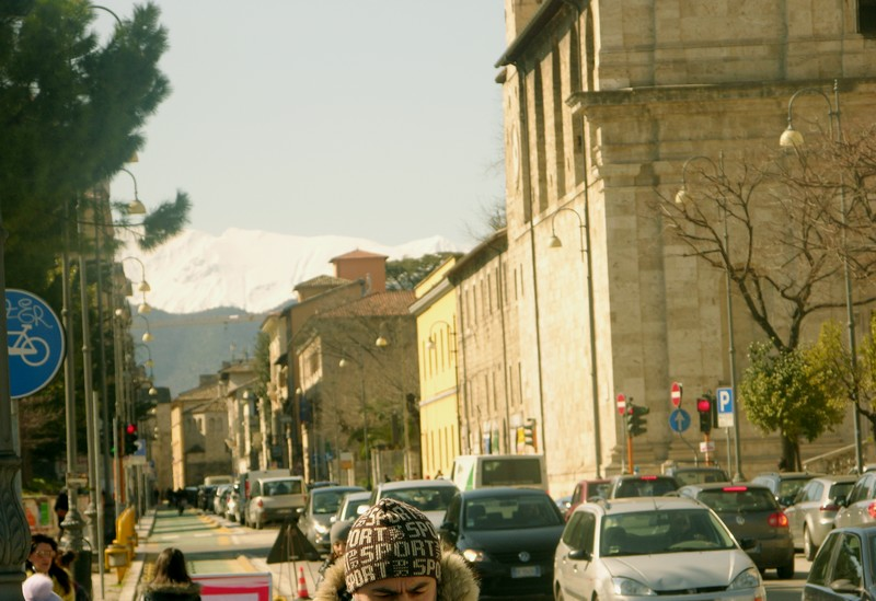 Ascoli, Corso Vittorio Emanuele. Giornata di sole, e le montagne innevate sullo sfondo