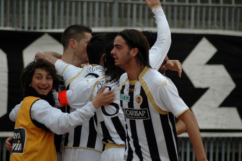 L'esultanza dopo il gol di Faisca (foto Giammusso)