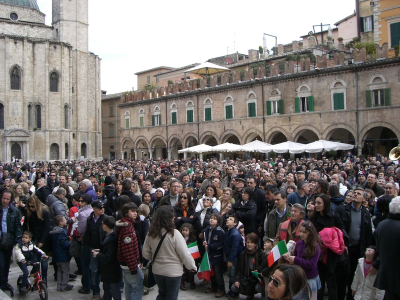 Folla in Piazza del Popolo
