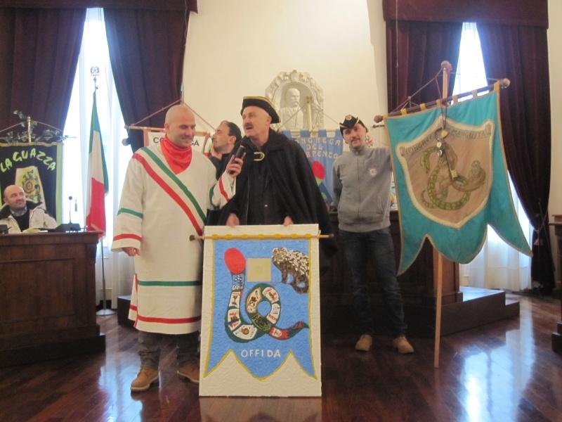 Giovedì Grasso a Offida. Il pittore Moscardelli consegna il proprio quadro a tutti i cittadini