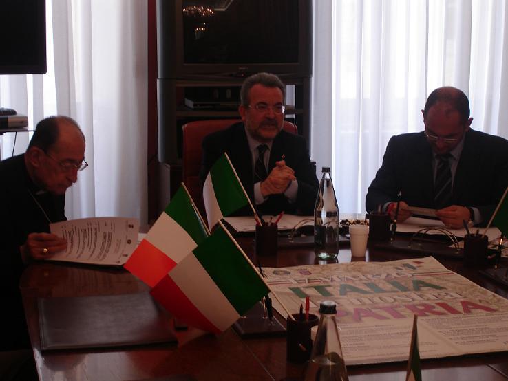 Il vescovo Montevecchi, col prefetto Minunni e il sindaco Castelli (foto d'archivio)