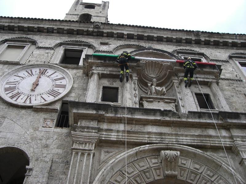 Palazzo dei Capitani con il tricolore che si sta srotolando