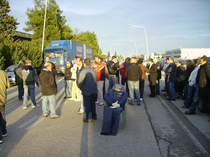 I lavoratori della Manuli durante una manifestazione del 2009 davanti ai cancelli aziendali, interrompendo il traffico (foto d'archivio)