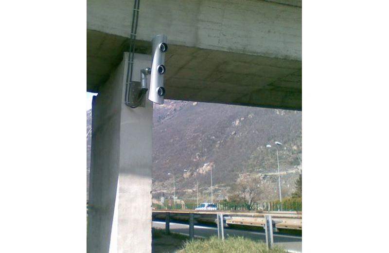 Un esemplare di autovelox T-Redspeed, del modello di quelli che verranno installati lungo le Strade Provinciali (foto tratta dal sito emax.poigps.com)