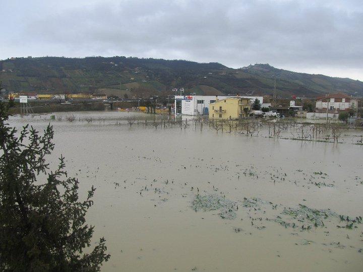 La zona industriale di Centobuchi ridotta ad un lago, allagamenti 2 marzo 2011