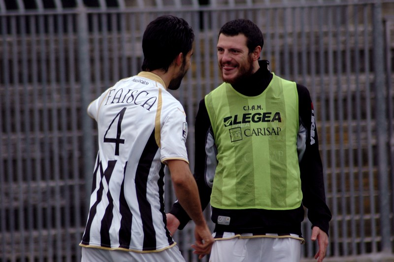 In questo simpatico scatto, l'esultanza di Faisca dopo il gol e la linguaggia scherzosa che gli rivolge Luigi Giorgi (foto Giammusso)