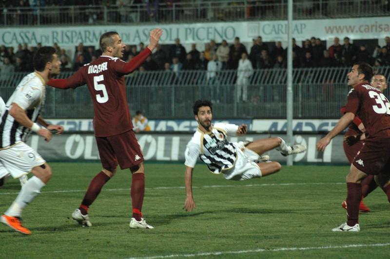 Ascoli-Torino (foto Giammusso): Faisca tira al volo
