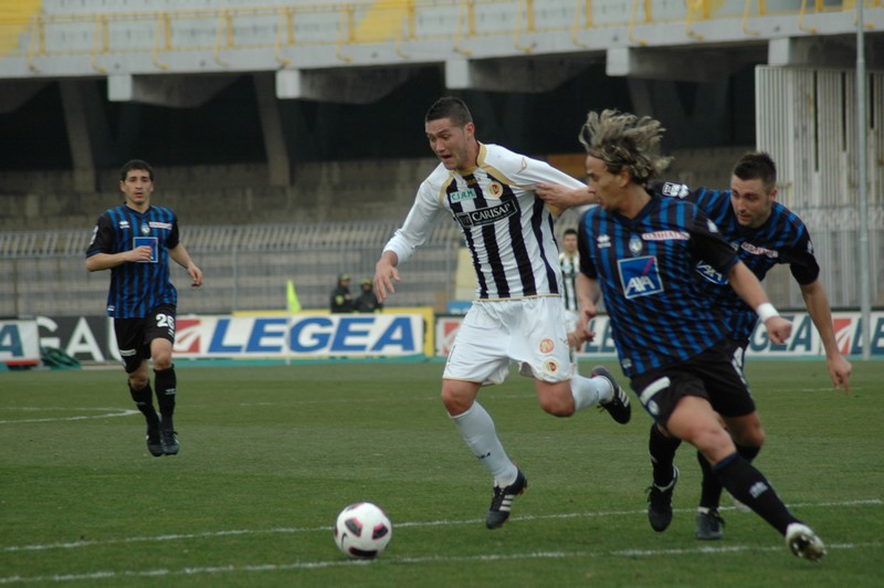 Feczesin impetuoso durante Ascoli-Atalanta (foto Giammusso)