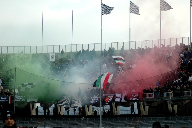 Ascoli-Atalanta, la fumogenata tricolore della Curva Sud Rozzi in onore del 150° dell'Unità d'Italia (foto Giammusso)