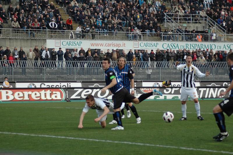 Ascoli-Atalanta, il gol annullato: in primo piano, Lupoli (foto Giammusso)