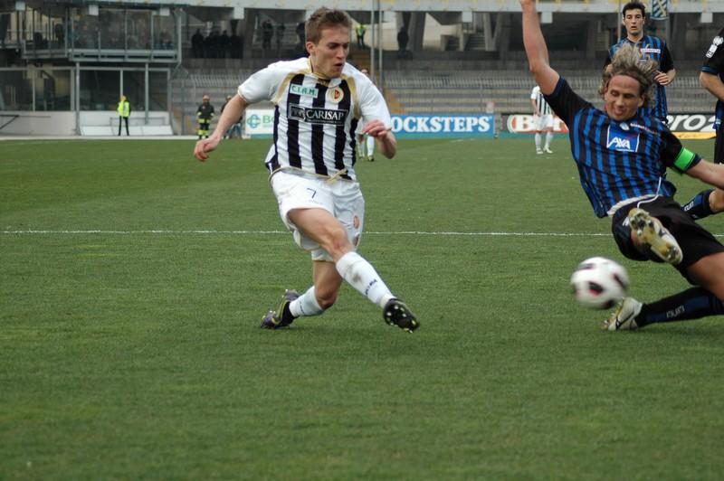 Ascoli-Atalanta, Lupoli affronta Manfredini (foto Giammusso)