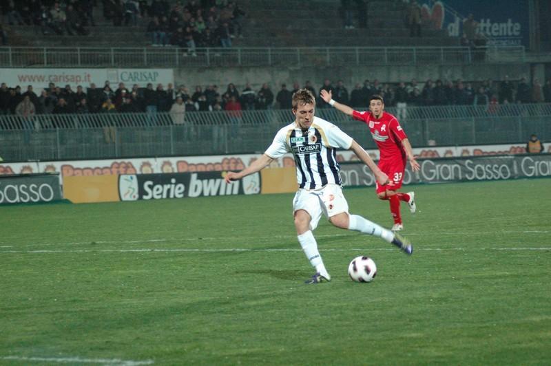 Lupoli sbaglia il gol del pareggio davanti al portiere (foto Giammusso)