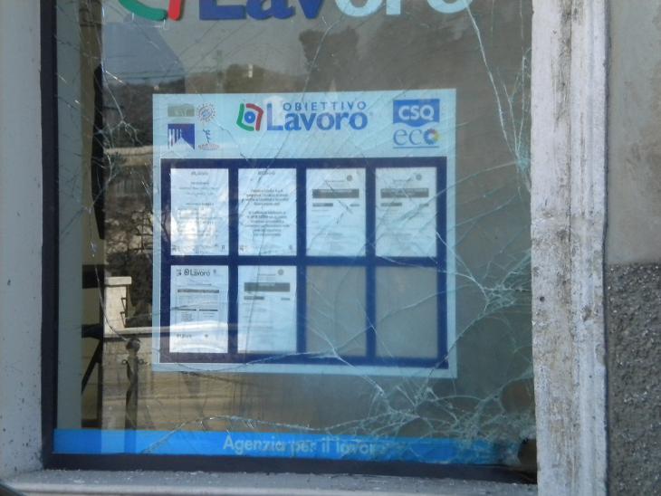 La vetrina dell'ufficio danneggiata