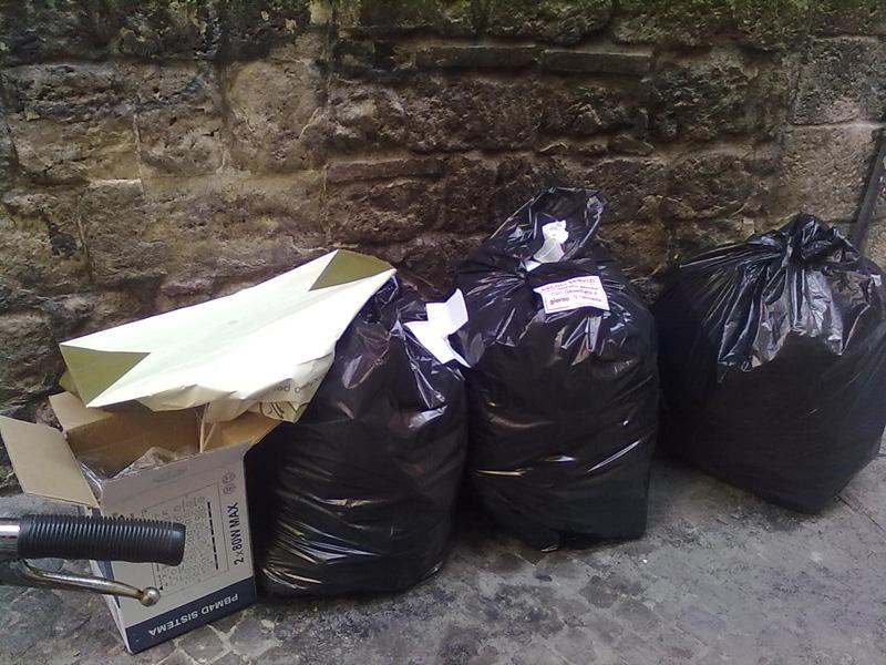 Sacchi di immondizia in terra nelle rue di Ascoli
