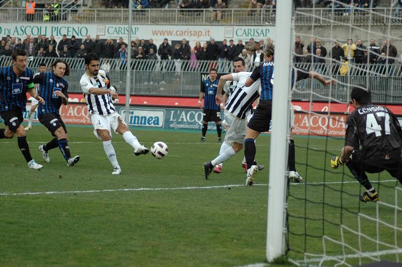 Il tiro con cui Faisca batte il portiere dell'Atalanta Consigli (foto Giammusso)