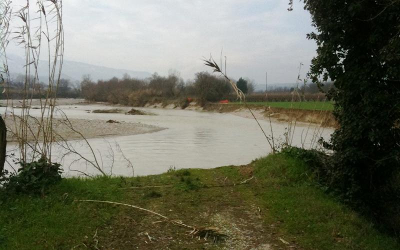 Il Tronto ha divorato l'argine nord a Pagliare, dove c'era la pista ciclabile