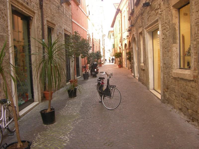 Ascoli, via Cesare Battisti, e una bici