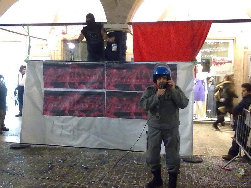Carnevale di Ascoli 2011, Martedì Grasso: la fotogallery di Piceno Oggi: Ivan Bogdanov e la scenetta del celerino