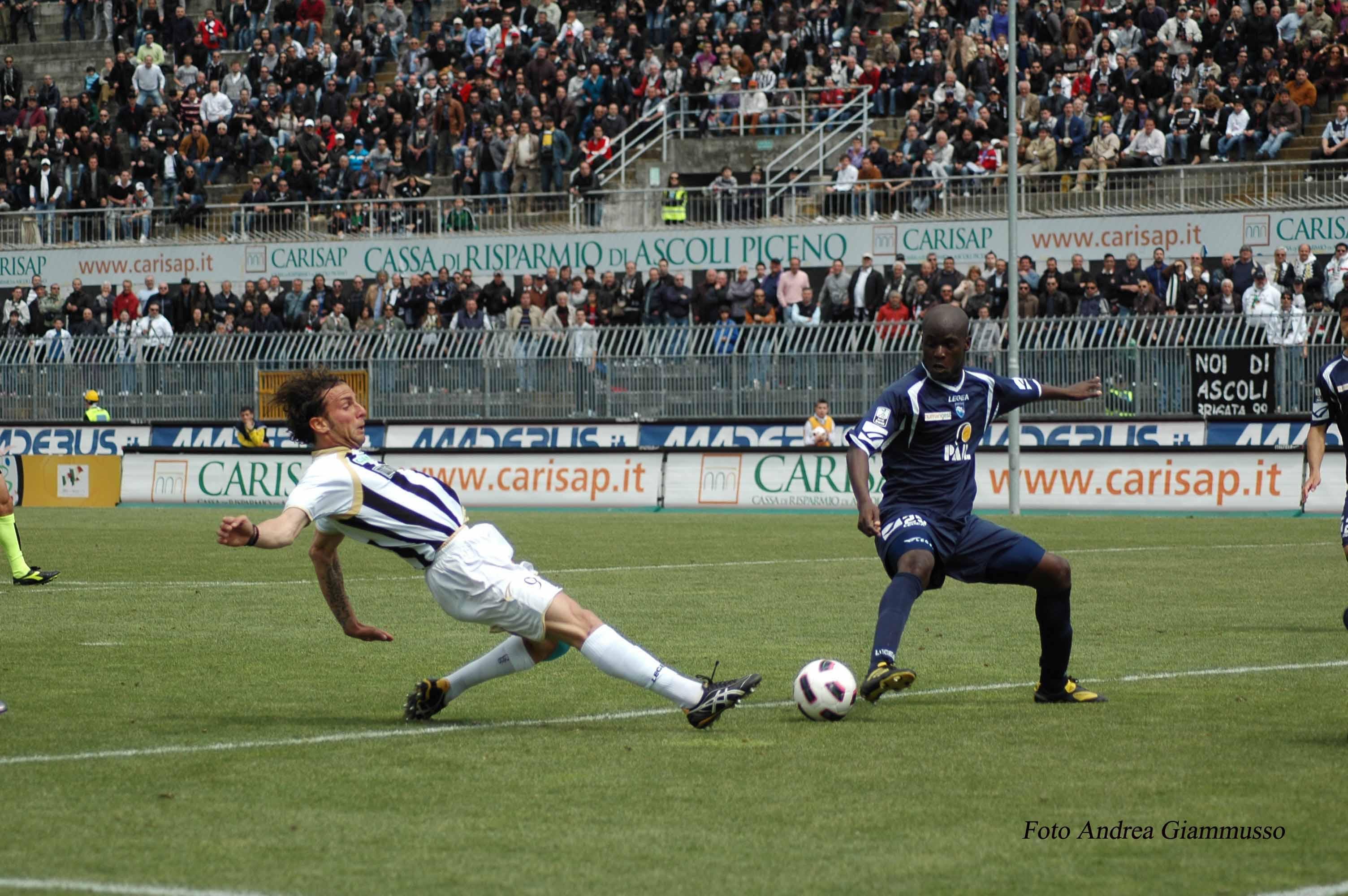 Ascoli-Pescara Romeo non arriva alla deviazione in rete (ph. Giammusso)