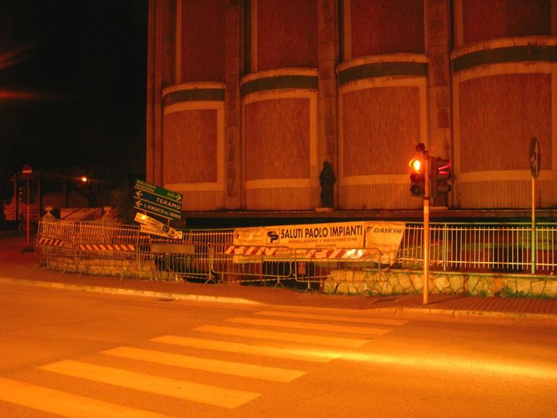 Via Napoli, auto finisce contro recinzione esterna della chiesa: i danni