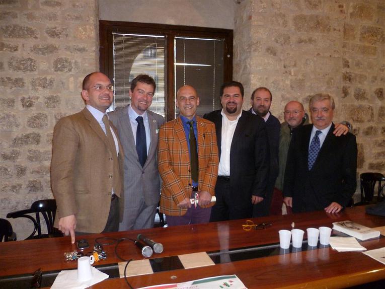 Giordano Burno Guerri (al centro) insieme ad amminsitraoti locali