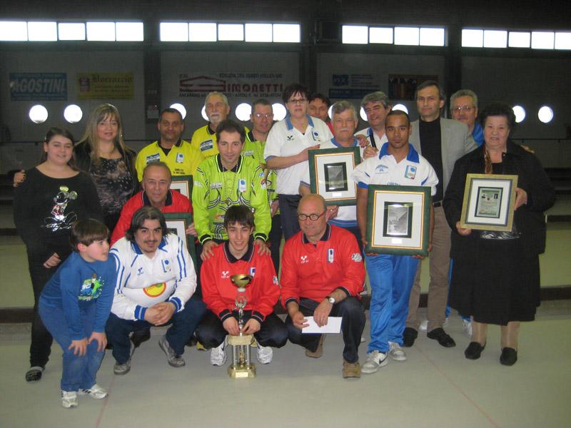 La premiazione del Memorial Sandro e Mario Cinaglia che si è disputato sabato nella Bocciofila di Ascoli.