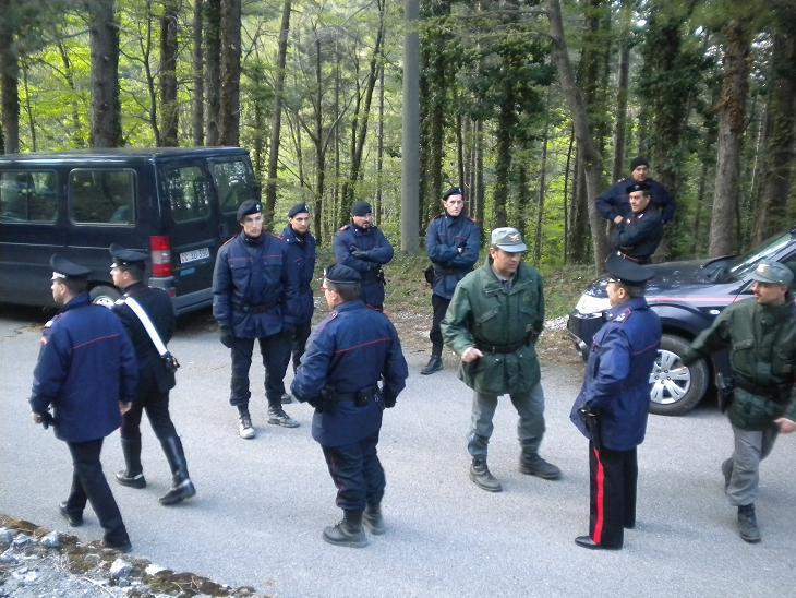 Carabinieri in azione nella zona dove è stato trovato il cadavere di Melania