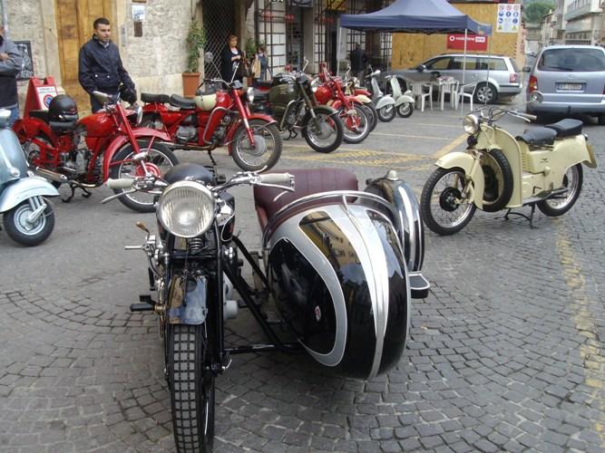 Moto d' epoca a Piazza Simonetti