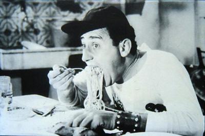 Una celebre immagine di Alberto Sordi nel film