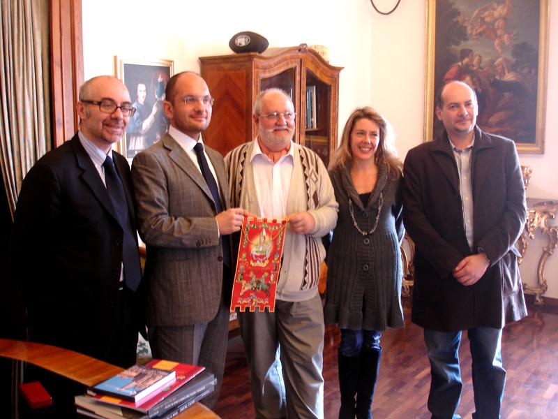 Cesare Celani (primo da sinistra), il sindaco Castelli, l'enologo francese Joel Binet, i docenti Alessandra Di Lorenzo e Roberto Bruni