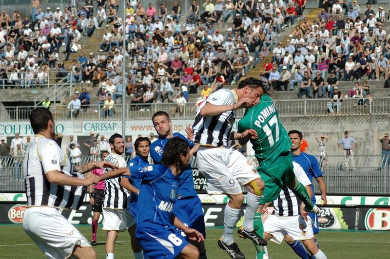 Ascoli-Sassuolo: Pomini in uscita su Romeo (foto Giammusso)