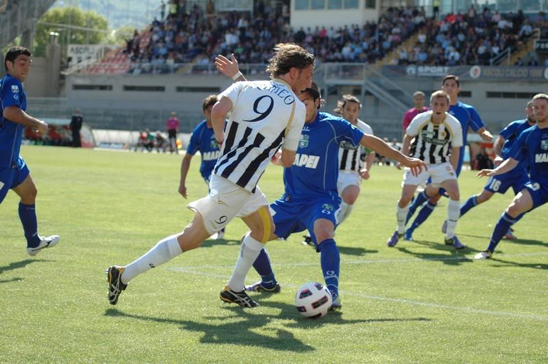 L'occasione in cui l'arbitro concede il rigore a Romeo, per poi cambiare idea dopo aver consultato il guardialinee (foto Giammusso)