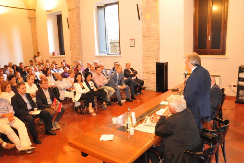 La Regione ad Ascoli: Spacca, di spalle, parla alla platea di Palazzo dei Capitani