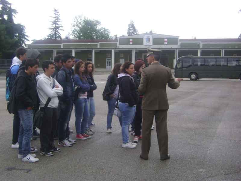 Il Capitano Panza con i ragazzi di Itinera in visita alla Caserma Clementi