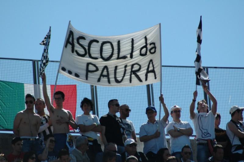 La Curva Rozzi durante Ascoli-Triestina, festa salvezza (foto Giammusso)