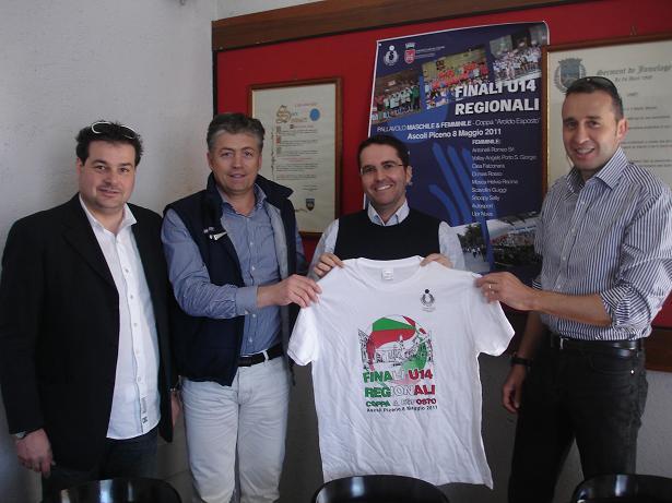 L'assessore Brugni (al centro) con la maglia delle finali di vlley under 14