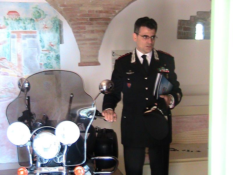 Il Colonnello Alessandro Patrizio con una moto d'epoca dell'Arma dei Carabinieri