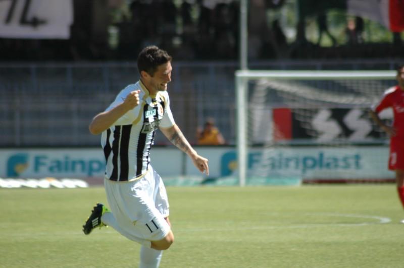 Esultanza di Feczesin dopo il primo gol (foto Giammusso)