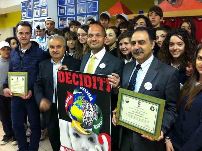 Castelli con il presidente della Ascoli Servizi Comunali Mariotti, i ragazzi della scuola Luciani e le famiglie protagoniste del video sulla raccolta differenziata