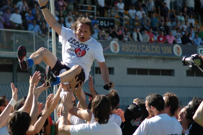 La festa per il preparatore atletico Pescosolido (foto Giammusso)