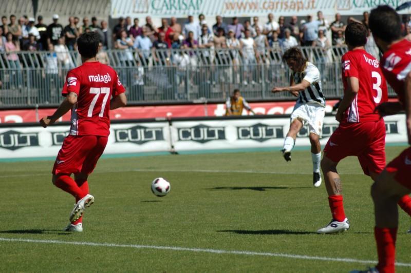 Il tiro di Moretti per il secondo gol (foto Giammusso)