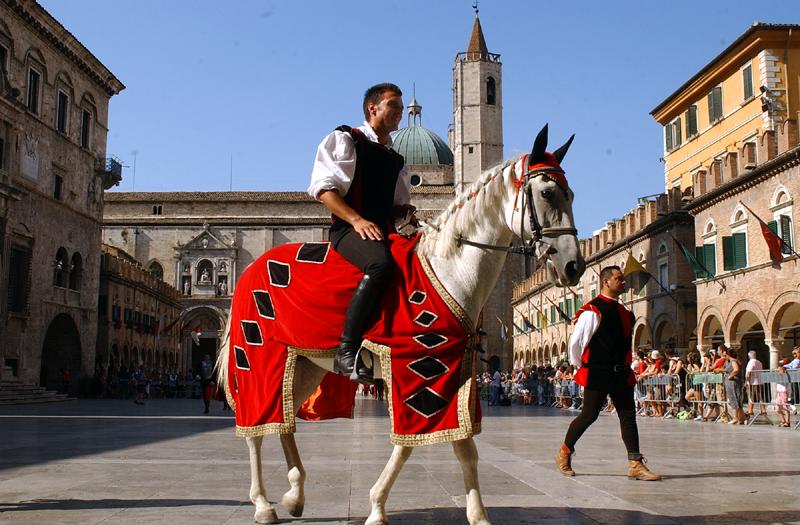 Cavaliere di Porta Tufilla in piazza del Popolo, Quintana 2009 (foto Troiani)