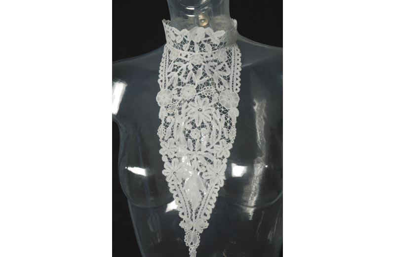 Uno splendido pezzo della mostra su merletti e antiche tessiture