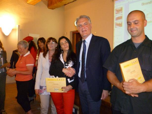 Il presidente Celani consegna gli attestati di partecipazione